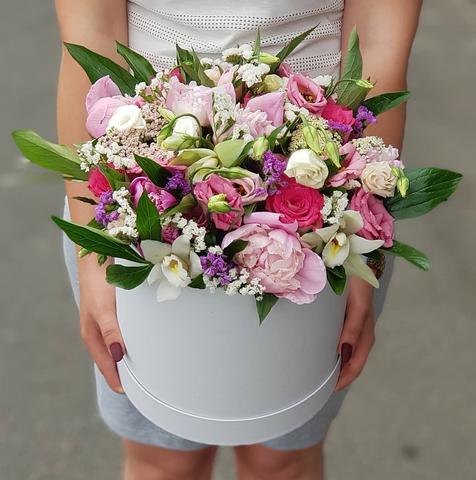 Коробка белая микс цветы с пионами