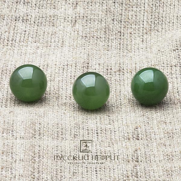 Зелёный нефрит. Бусины диаметром 13 мм.