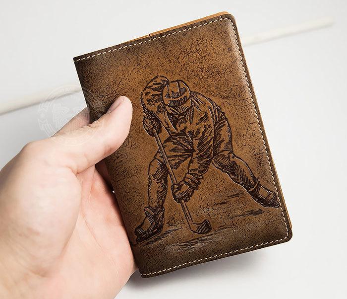 BY14-38-01 Кожаная обложка на паспорт с хоккеистом, тиснение фото 03