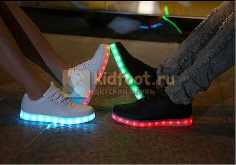 Светящиеся кроссовки с USB зарядкой Fashion (Фэшн) на шнурках, цвет белый, светится вся подошва. Изображение 29 из 29.