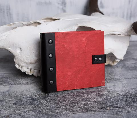 Небольшой блокнот в деревянной обложке красного цвета, ручная работа
