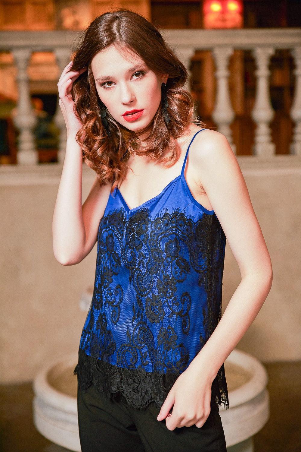Топ Е443а-302 - Утонченный топ яркого броского синего цвета, декорированный ажурным прозрачным кружевным полотном контрастного черного цвета. Тонкие бретели оголяют нежную женскую кожу.Для любительниц откровенного соблазнительного образа.Кружевной топ добавит загадочности, эффектности и сексуальности не только в новогоднюю ночь, но и выручит при романтических свиданиях