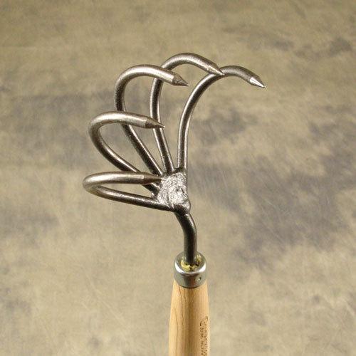 Культиватор DeWit с пятью мощными зубцами на длинной рукоятке