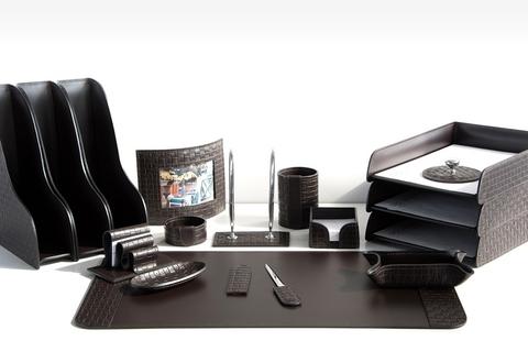 На фото набор на стол руководителя артикул 61715-EX/CT 17 предметов выполнен в цвете темно-коричневый шоколад кожи Cuoietto Treccia и Cuoietto. Возможно изготовление в черном цвете.