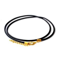Кожаный шнурок на шею с золотистой застёжкой.