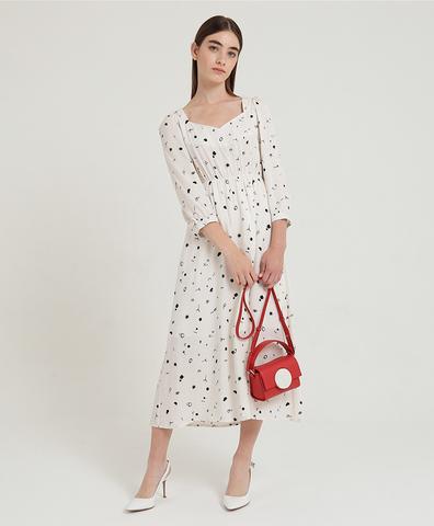 Белое платье со значками