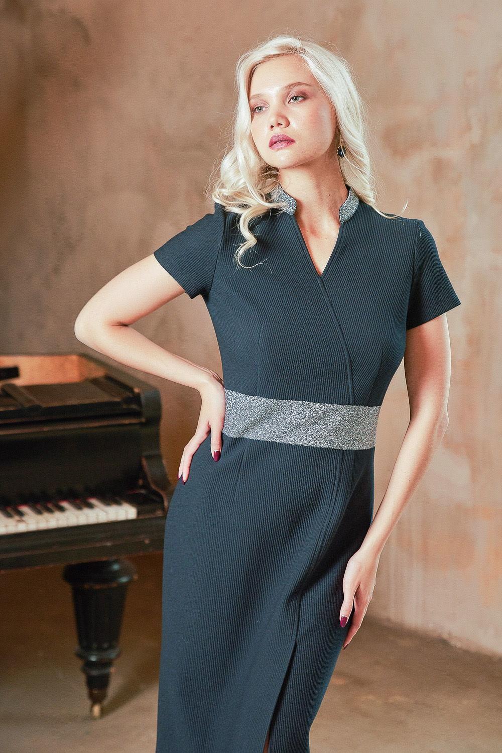 Платье З415-213 - Трикотажное практичное платье сдержанного стального цвета с оригинальным геометрическим узором. Прилегающий силуэт, скромный вырез горловины, рукав ¾, длина на ладонь выше колена – все продумано, чтобы максимально тонко подчеркнуть вашу женственность.Секрет восхитительного мерцания платья создан вплетением блестящих металлических нитей. Платье выглядят красиво и дорого.Другим преимуществом является наличие хлопка в составе ткани. Натуральные волокна обладают прекрасными гигиеническими качествами. Они не вызывают раздражения кожи. Платье превосходно садится по фигуре и хорошо держит форму, не вытягиваются в носке. Трикотаж с блеском эластичен.Платье относится к стилю кэжуал-глэм и смотрится естественно и шикарно.