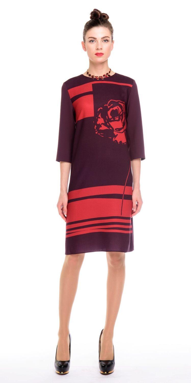Платье З140-370 - Платье прямого силуэта, с оригинальным принтом в виде графичной розы на груди и однотонной спинкой.Комфортный рукав 3/4.  Прекрасно сиди на фигуре любого типа. Модель для офиса и на каждый день.