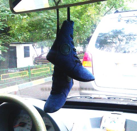 Кожаная подвеска на зеркало авто