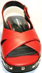 Красые босоножки на низком каблуке Marani Magli