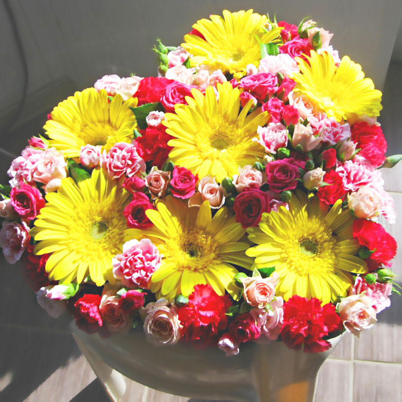 Цветочная композиция с герберами яркая желтая розовая