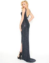 Длинное платье Mac Duggal 17260-2 с разрезом по ноге платиновое с стразами