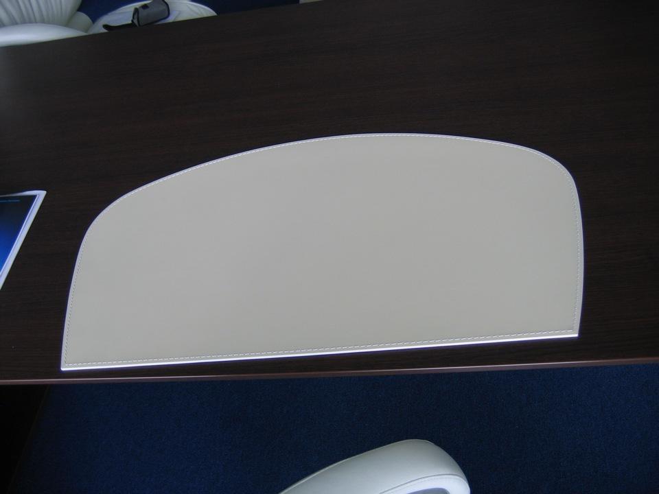 Кожаный бювар белы на рабочем столе руководителя цвета венге.