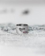 Серебряное МАТОВОЕ широкое кольцо «Сердце» с рубинами