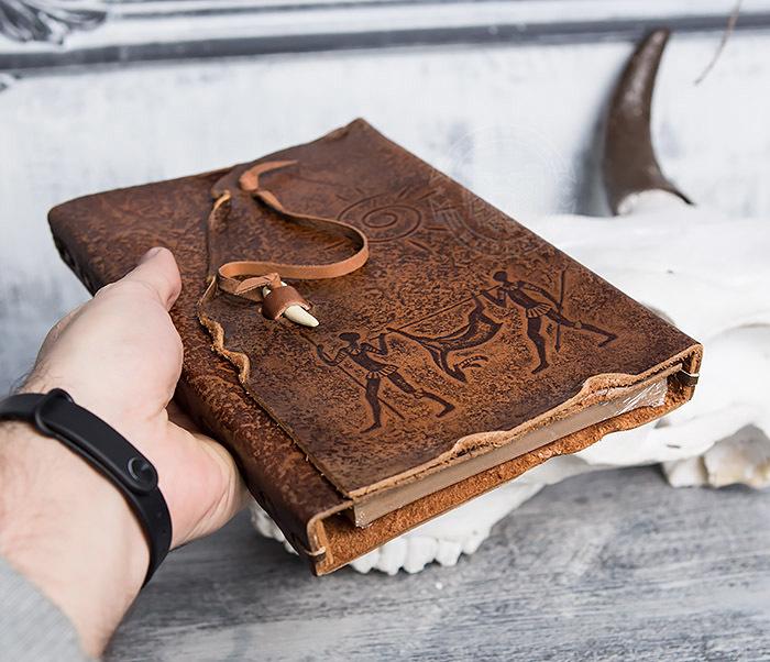 BY01-06-04 Кожаный подарочный блокнот «Добыча» с застежкой - клыком (А5) фото 05