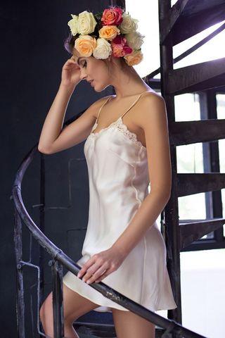 Короткая ночная сорочка полуприлегающего силуэта с V-образным вырезом на полочке из натурального шелка фото