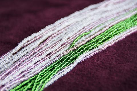 Бисерное ожерелье из 48 нитей розово-зеленое