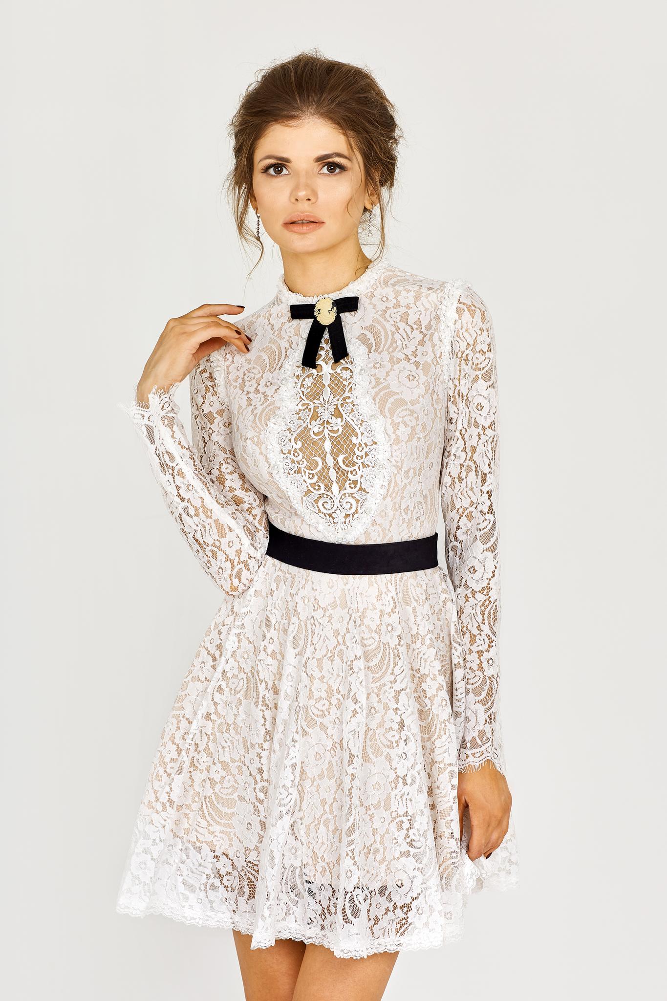 Белое кружевное платье-мини с черным бархатным бантиком и поясом