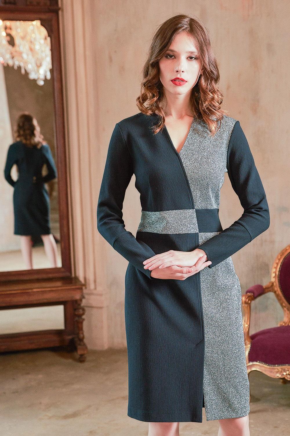 Платье З416-213 - Нестандартное, интересное комбинированное платье из тканей-компаньонов сдержанной стальной цветовой гаммы. Позволяет отойти от скучной повседневности и шаблонности.Приталенный силуэт и контрастный пояс подчеркивают все достоинства женской фигуры. Узкий длинный рукав. Визуально удлиняет линию шеи V-образный вырез горловины. Спереди на подоле разрез обеспечивает свободу движения и придает нотку соблазнительности.Оригинальный крой и дуэт двух тканей делают образ самодостаточным, и он не нуждается в дополнительных украшениях