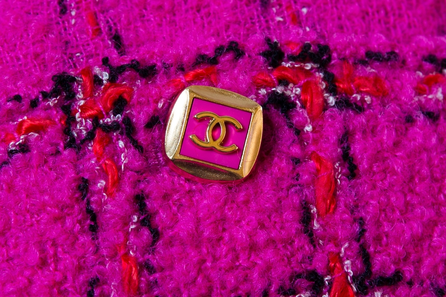 Стильный жакет из твида цвета фуксии от Chanel, 38 размер.