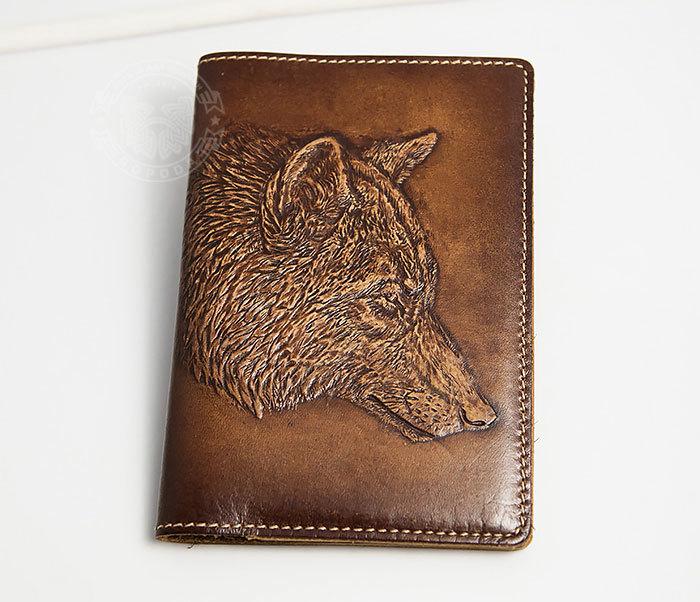 BY14-30-08 Обложка на паспорт из натуральной кожи с объемным волком фото 02