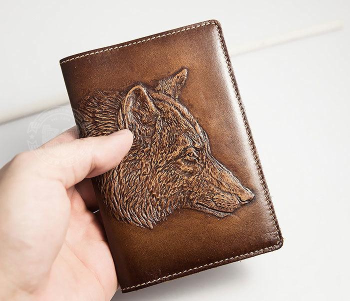 BY14-30-08 Обложка на паспорт из натуральной кожи с объемным волком фото 03
