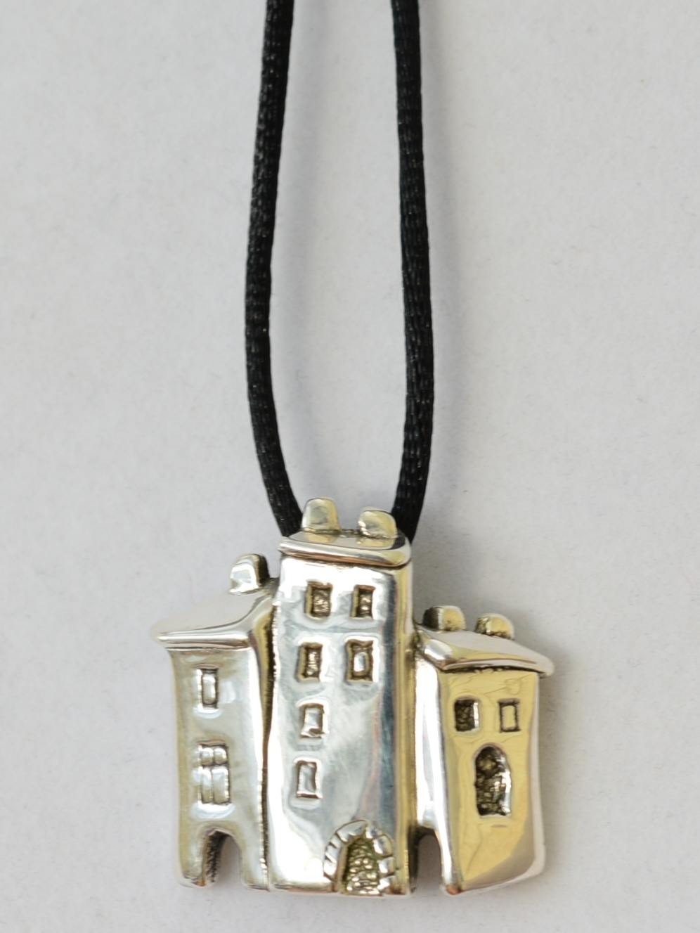Три дома(кулон из серебра)