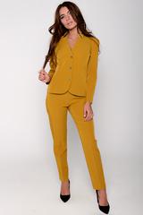 Приталенный жакет на пуговицах отлично сочетается с классическими брюками на резинке. Незаменимая вещь в гардеробе деловой дамы.
