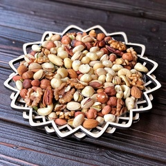 Ассорти орехов без макадамии 420 грамм в корзине.