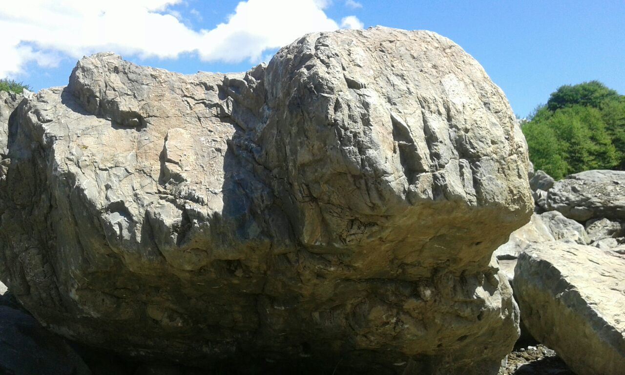 Валун гигант Казбек природный камень