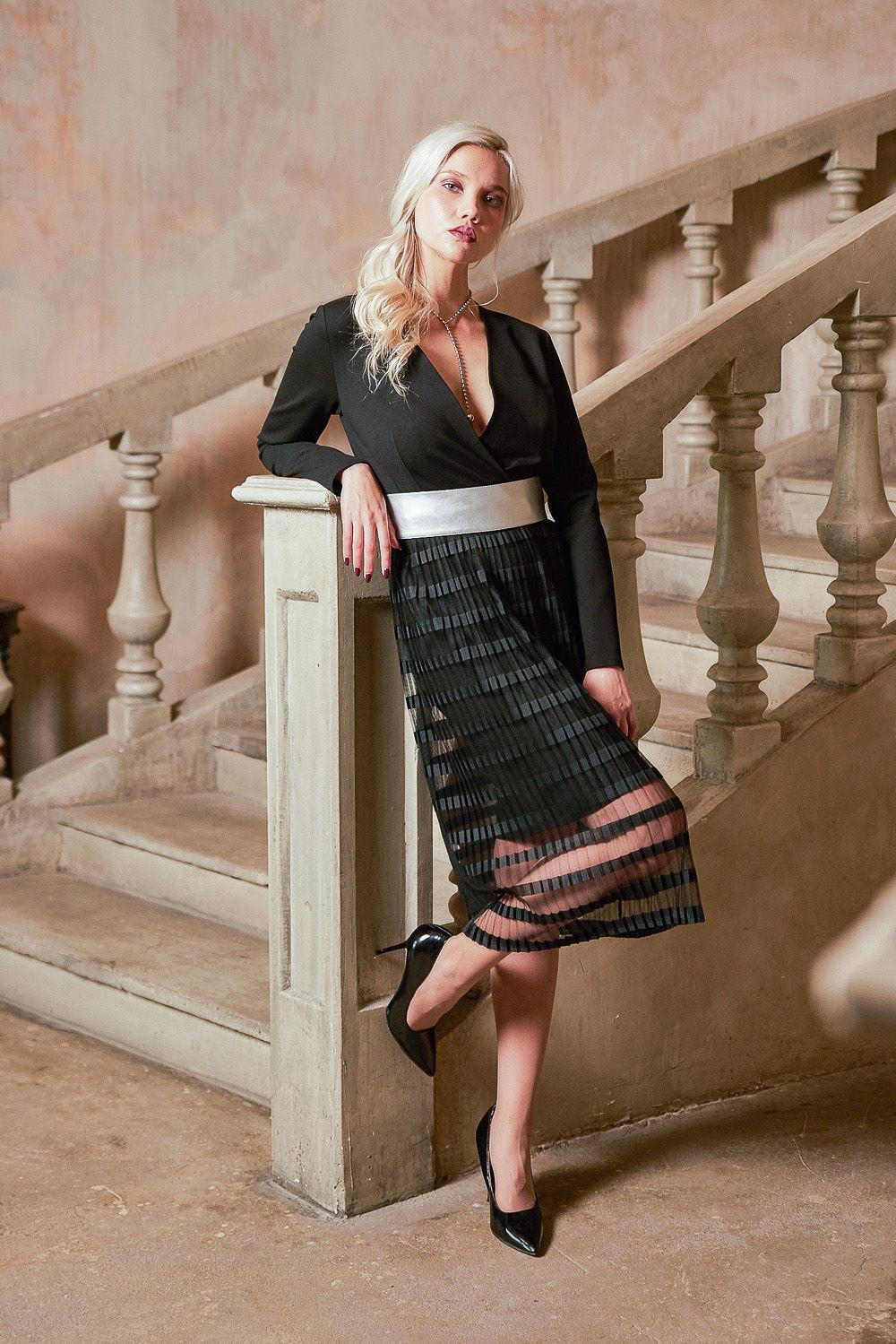 Платье З416а-214 - Подчеркивающий фигуру топ платья с углубленным завораживающим V-образным вырезом на декольте гармонирует с двойной юбкой. Контрастный пояс эффектно выделяет талию на общем фоне платья темного спокойного цвета.Воздушный прозрачный верхний слой юбки загадочно приоткрывает красоту женских ног. Платье великолепно смотрится на любой фигуре. Особенно подойдет обладательницам узких бедер – гофрированная юбка визуально прибавит объема в нужных местах.Стильное и эффектное платье придаст женственную броскость вашему облику
