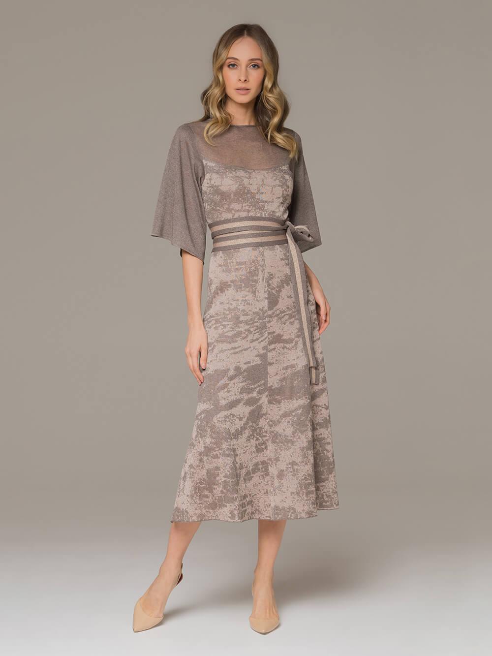 Женское платье серо-коричневого цвета на поясе