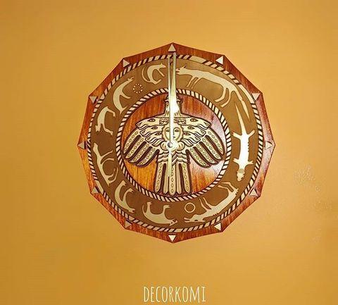 Часы из дерева Охотничий календарь и Герб Коми 25х25см