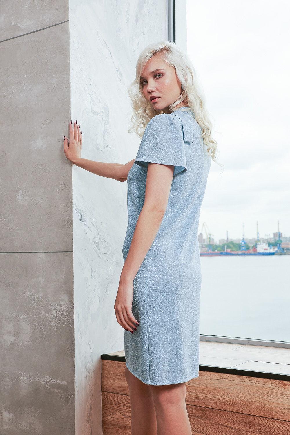 Платье З419-233 - Чудесное однотонное платье небесно-голубого цвета с утонченным сиянием. Практичное и универсальное платье прямого силуэта подойдет обладательницам любой фигуры. Удачный вариант для тех, у кого нет четкой линии талии.Уникальность платья заключается в аккуратном воротничке-стойке, который сбоку переходит в завязывающиеся элементы и взору открывается деликатный вырез. Короткий свободный втачной рукав формы «колокол» смотрится великолепно.Классический фасон платья добавляет образу лаконичности и равномерно распределяет внимание, не акцентируя его на отдельных зонах