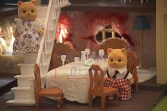 Котики за обеденным столом