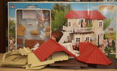 Уютный домик Happy family 012-01 с парочкой котиков, обеденным столом и набором мебели для гостиной, без обоев и набора для изготовления шторок