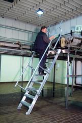 Лестница стационарная, 9 рифл. ступенек 600 мм из лёгк. металла, 45°