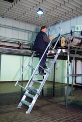 Лестница стационарная, 14 рифл. ступенек 1000 мм из лёгк. металла, 45°