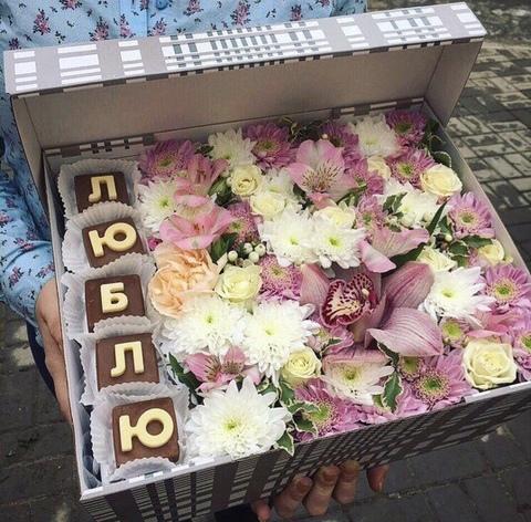Цветы и шоколадные буквы «Люблю» #19543