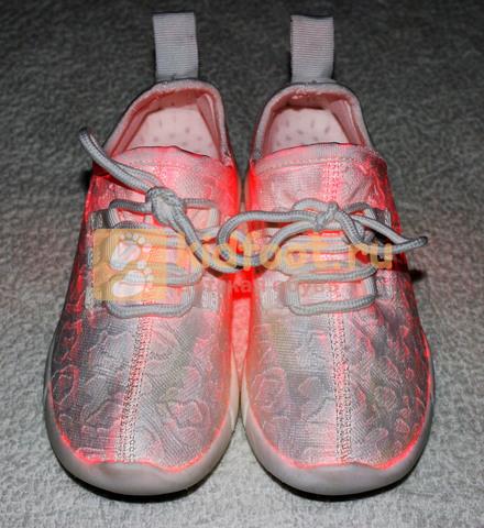 Светящиеся кроссовки с USB зарядкой на шнурках, цвет белый, светится верх. Изображение 2 из 23.