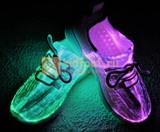 Светящиеся кроссовки с USB зарядкой на шнурках, цвет белый, светится верх. Изображение 13 из 23.