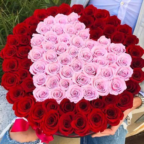 101 красная роза  с розовым сердцем в шляпной коробке