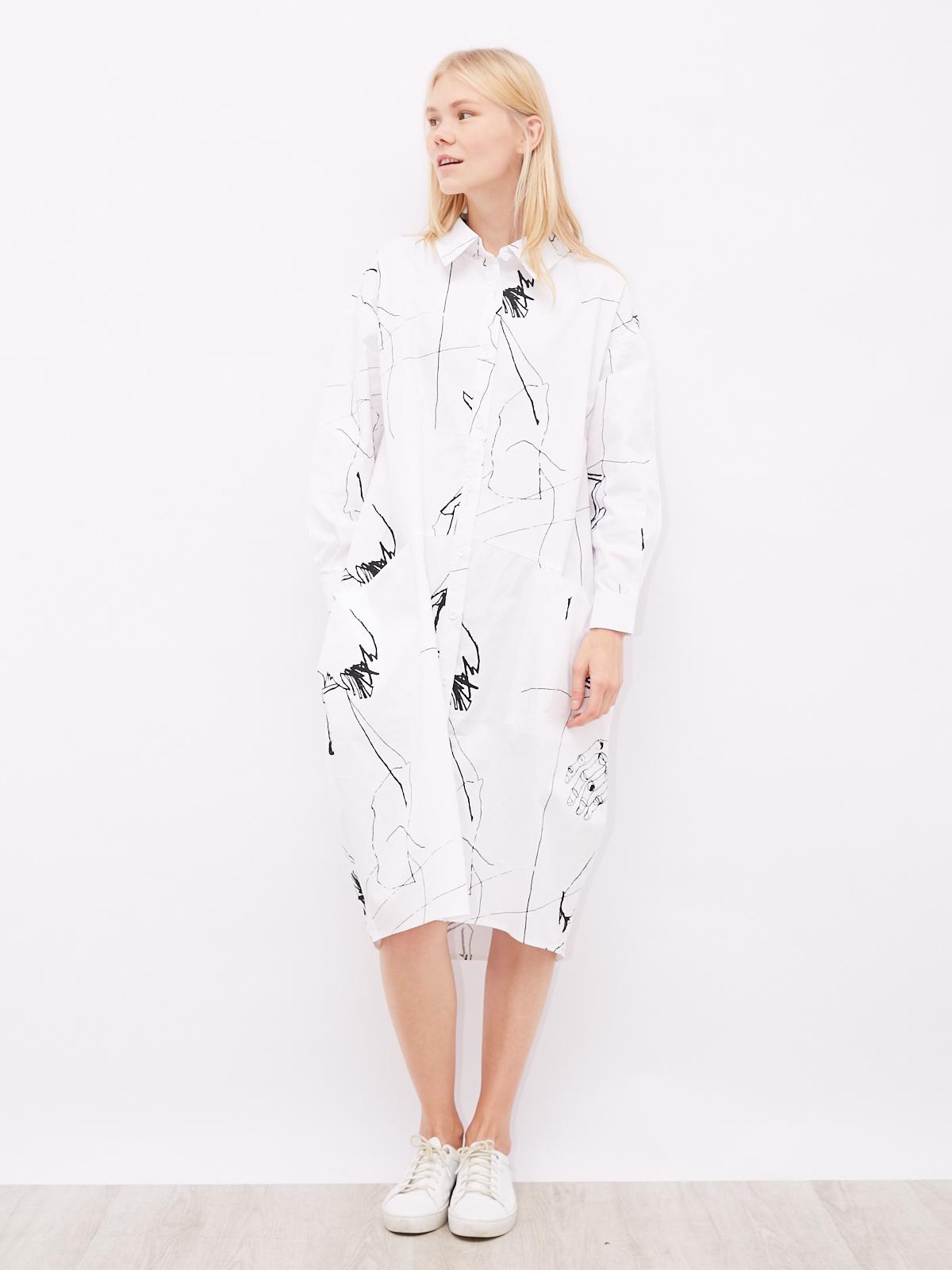 Платье-рубашка с абстрактным принтом и карманами
