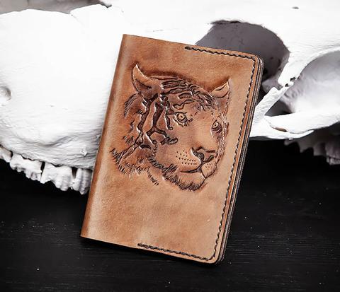 Кожаная обложка ручной работы для паспорта с тигром