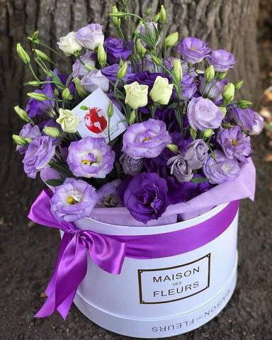 Фиолетовые лизиантусы в белой подарочной коробке