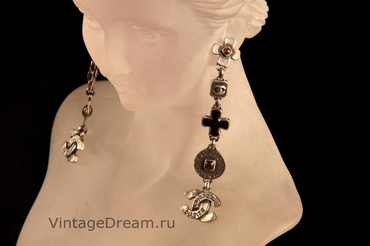 Стильные длинные серьги из черненого металла с кристаллами и эмалью от Chanel.