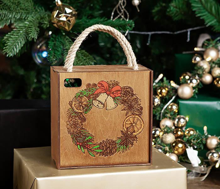 BOX254-2 Новогодняя коробка с рождественским венком, ручная роспись (17*17*10 см)