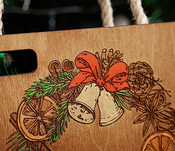 BOX254-2 Новогодняя коробка с рождественским венком, ручная роспись (17*17*10 см) фото 03