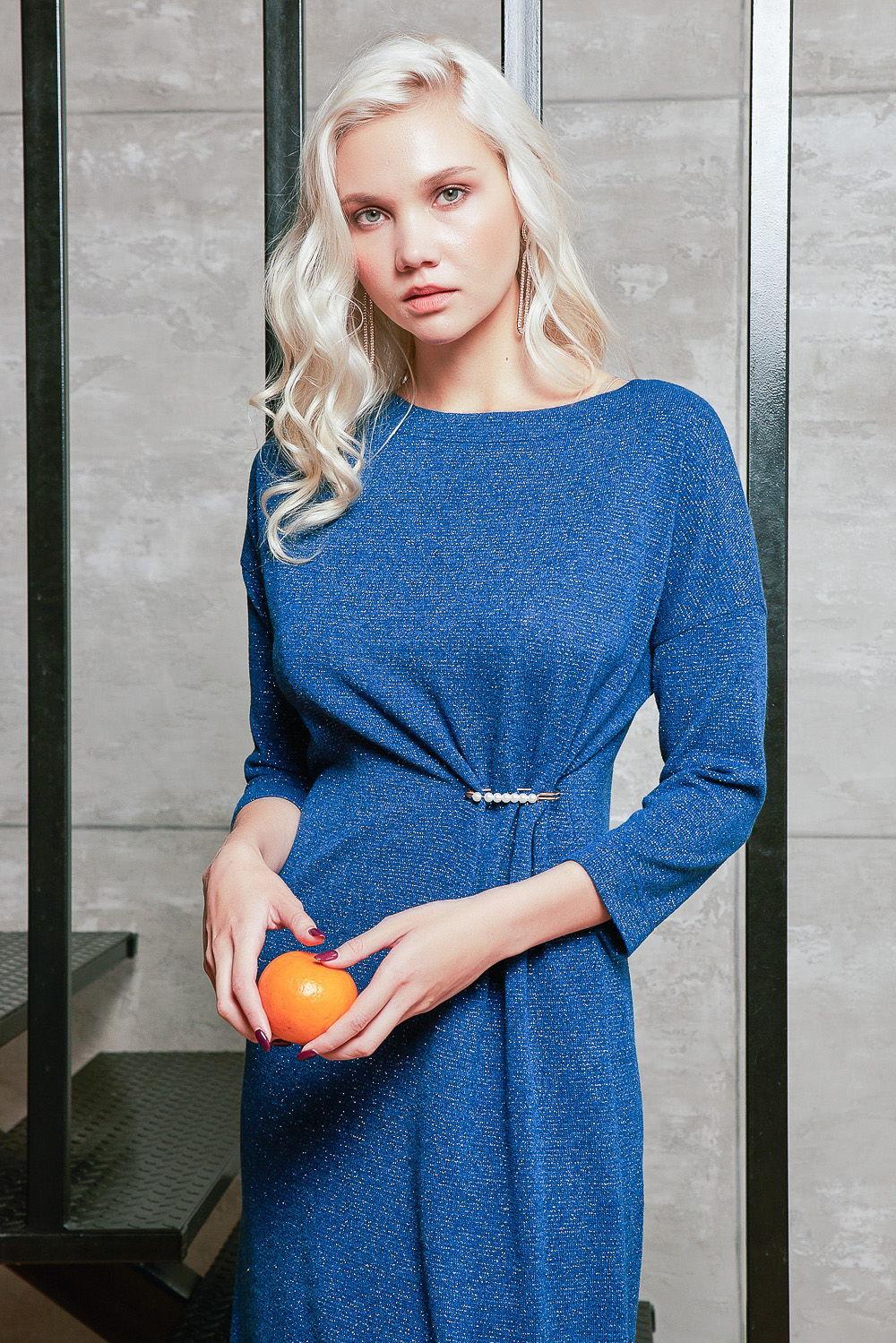 Платье З427-415 - Эффектное сверкающее платье цвета деним. Прямой свободный фасон превосходно сядет на любую фигуру и не будет сковывать движений.Прямая линия горловины в виде лодочки прикрывает большую часть декольте, но тонко раскрывает плечи и ключицу.Верхняя часть платья из полиэстера - износостойкой и прочной ткани, которая не нуждается в особом уходе (можно стирать при 40 градусах в машинке), быстро высыхает после стирки, хорошо держит цвет и практически не даёт усадки. Подклад из 100%-ной вискозы обеспечивает отличную посадку, необычайную мягкость и приятен для телаСеребристое переливание платья делает образ роскошным и торжественным.