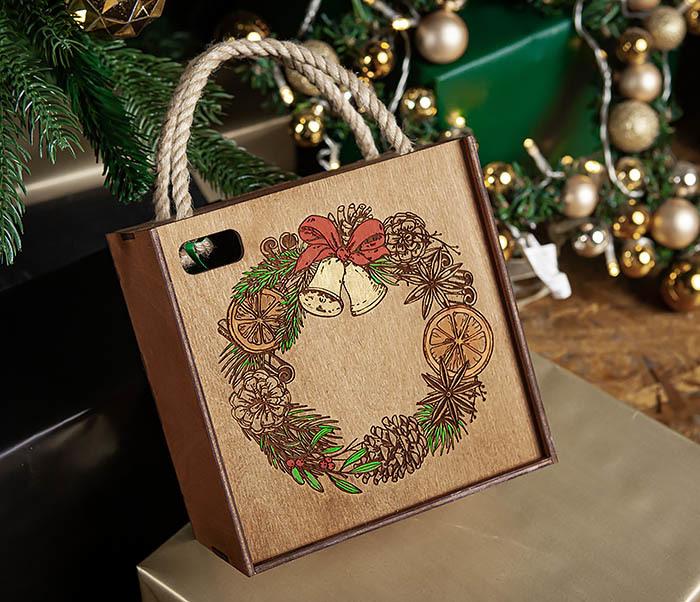 BOX254-2 Новогодняя коробка с рождественским венком, ручная роспись (17*17*10 см) фото 05